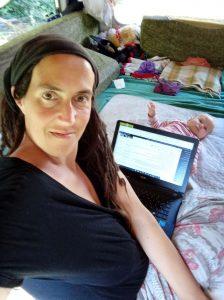 Daniela arbeitet am Laptop Rapid Blog Flow