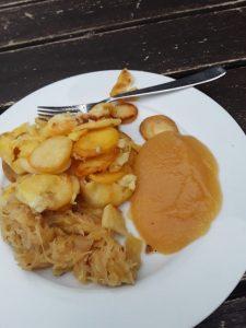 Bratkartoffeln Sauerkraut Apfelmus