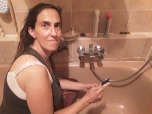 Daniela in der Badewanne Fugen erneuern